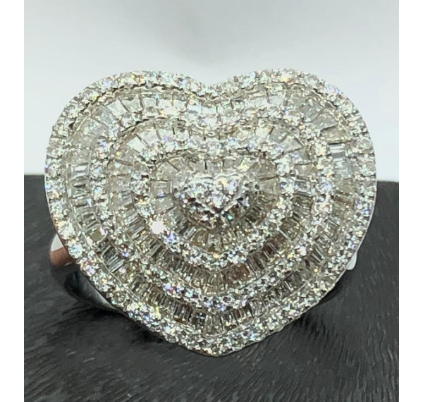 Sortija de oro blanco con diamantes corazón