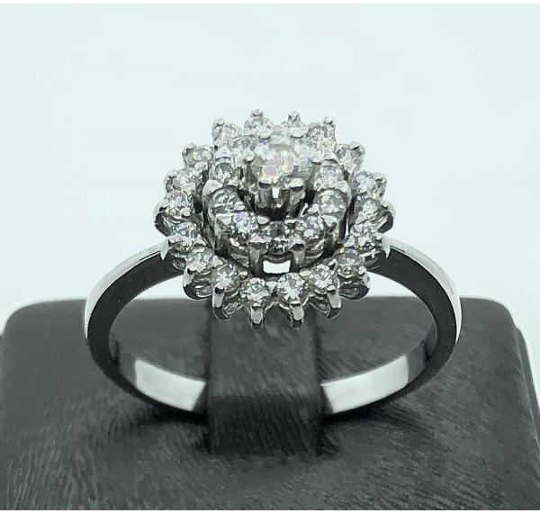Sortija de oro blanco y roseta de diamantes