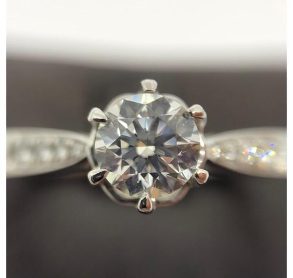 Solitario oro blanco con diamante 0,70cts +0,25cts en brillantes