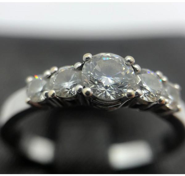 Sortija de oro blanco y quintillo de diamantes