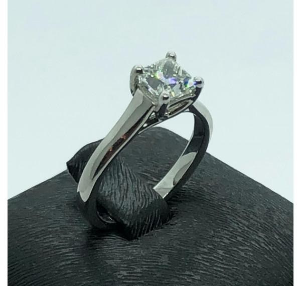Solitario de oro blanco y diamante princesa 0,82cts